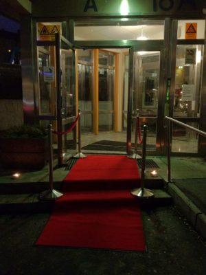 Röda mattan väntade gästerna liksom min underhållande komiska dörrvakt