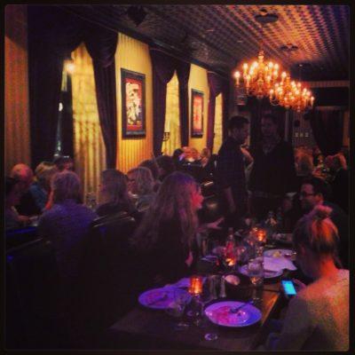 Magiker Hans Lindström mingeltrolleri på Magic bar i Stockholm