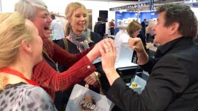 Trollkar magiker Hans Lindström underhåller på Stockholmsmässan, mässunderhållning