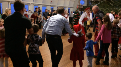 Julgransplundring med dans kring granen Riksbanken 2014