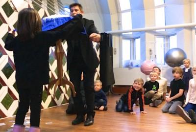 magiker och trollkarl på julgransplundring hos Riksbanken 2014